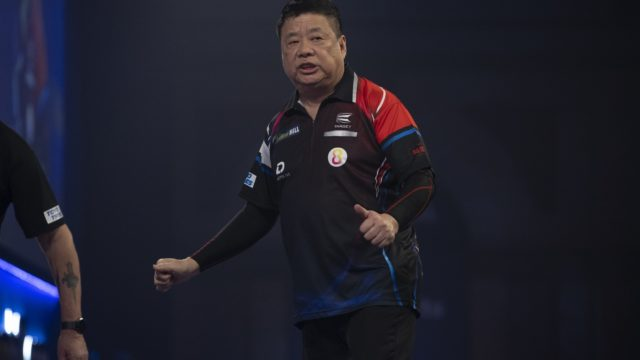 Wade cruises past Rydz on Day 4 of the World Darts Championship