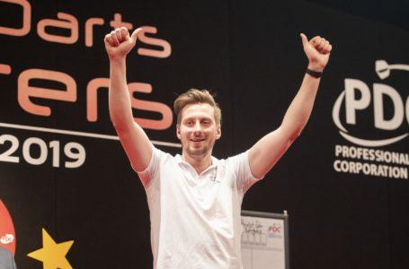 Florian Hempel playing darts at the German Darts Masters 2019