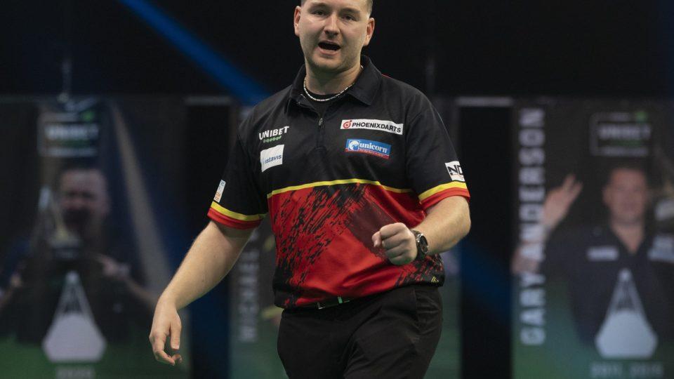 Van den Bergh beats Aspinall to force three way tie at top
